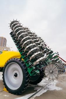 Injetor de solo para a introdução de fertilizantes complexos líquidos no solo.
