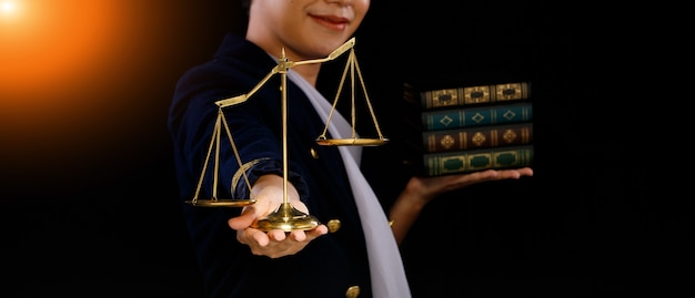 Injustiça na escala de desequilíbrio na mão do homem significa injusto e deixar os livros de direito para trás. as pessoas querem justiça e imparcialidade. espaço de cópia de fundo preto