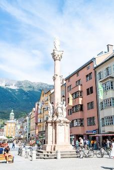 Innsbruck, áustria - 29 de agosto de 2019: centro da cidade de innsbruck com muitas pessoas e cafés de rua em innsbruck, tirol, áustria