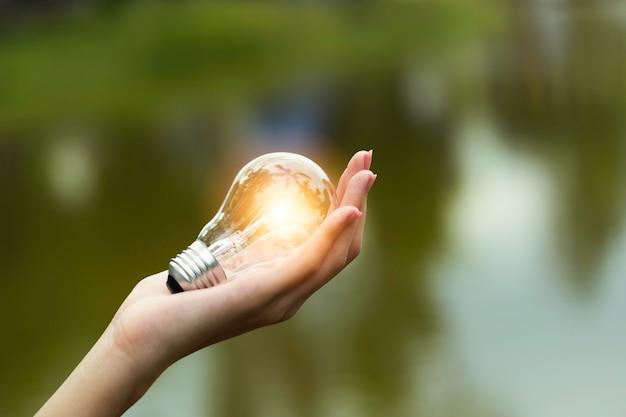 Inovação e conceito criativo de mão segure uma lâmpada