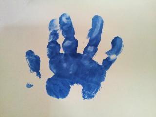 Inprint bebê mão sobre a superfície branca