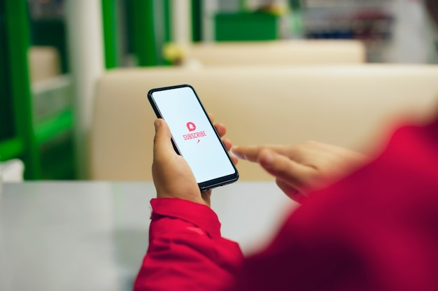 Inscreva-se no canal de vídeo. ícone de apelo à ação na tela branca do smartphone. Foto Premium