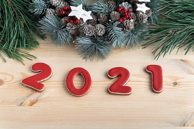 Inscrição 2021 de pão de mel com esmalte vermelho e guirlanda de natal. fechar-se.