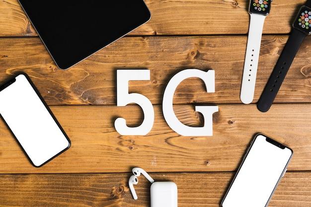 Inscrição 5g e dispositivos eletrônicos na mesa