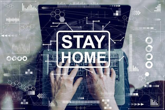 Inscrição abstrata ficar em casa e um homem em um laptop.