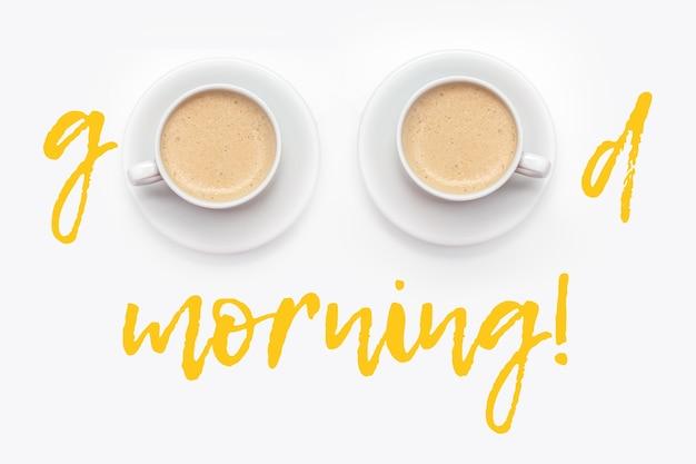 Inscrição bom dia com xícaras de café fresco quente no fundo branco