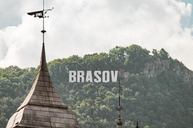 Inscrição brasov no topo da montanha à luz do dia