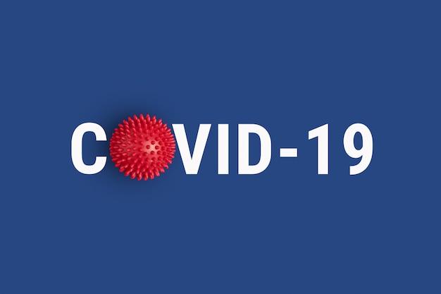 Inscrição covid-19 em fundo azul com modelo de cepa de vírus abstrato vermelho