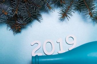 Inscrição de 2019 com garrafa azul na mesa