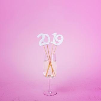 Inscrição de 2019 em varas em taça de champanhe