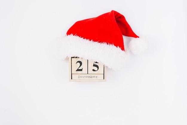 Inscrição de 25 de dezembro em blocos de madeira com chapéu de papai noel