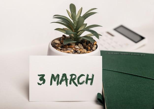 Inscrição de 3 de março em papel no escritório verde.