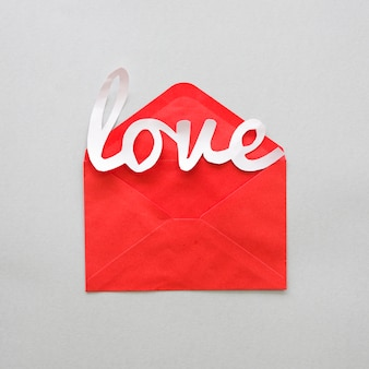 Inscrição de amor branco com envelope