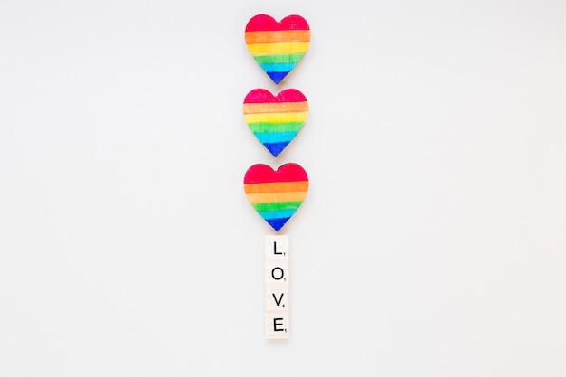 Inscrição de amor com corações do arco-íris