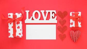 Inscrição de amor com papel em branco e presentes