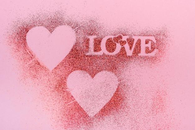 Inscrição de amor de purpurina em pó na mesa