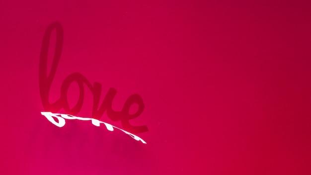 Inscrição de amor de sombra na mesa