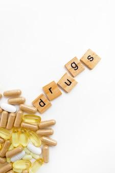 Inscrição de drogas em cubos de madeira em um fundo branco de diferentes pílulas