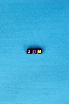 Inscrição de emprego com letras coloridas sobre fundo azul