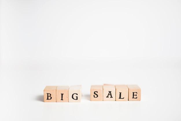 Inscrição de grande venda em blocos de madeira