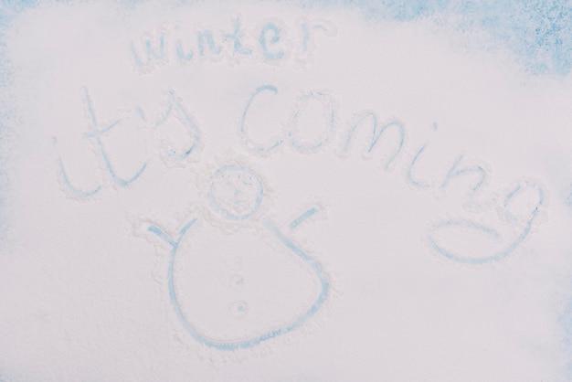 Inscrição de inverno e pequeno personagem