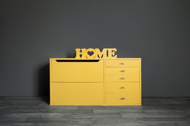Inscrição de madeira amarela