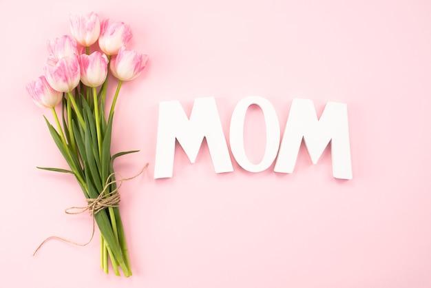 Inscrição de mãe com buquê de tulipas