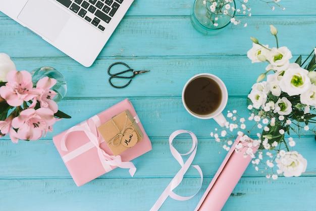 Inscrição de mãe com flores, presente e laptop