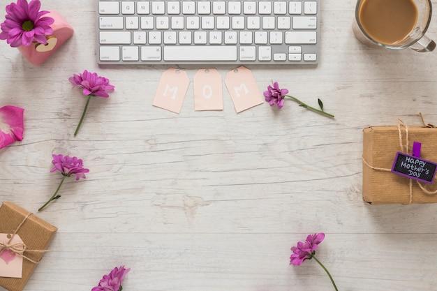 Inscrição de mãe com flores roxas e teclado