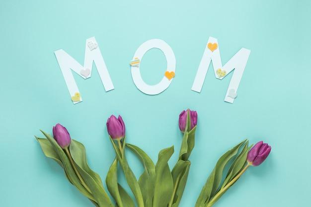 Inscrição de mãe com tulipas na mesa