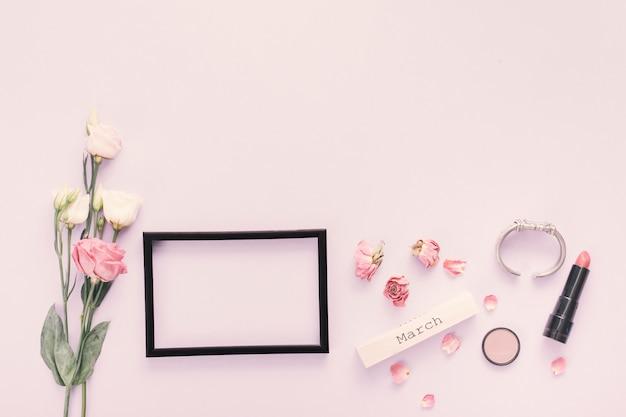 Inscrição de março com moldura em branco e rosas
