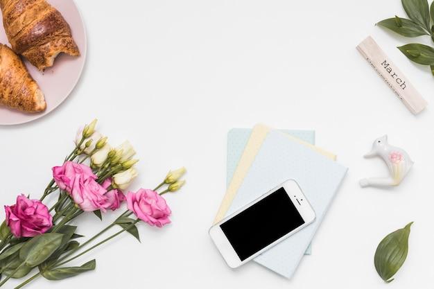 Inscrição de março com rosas e smartphone
