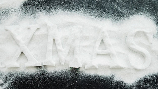 Inscrição de natal entre neve decorativa