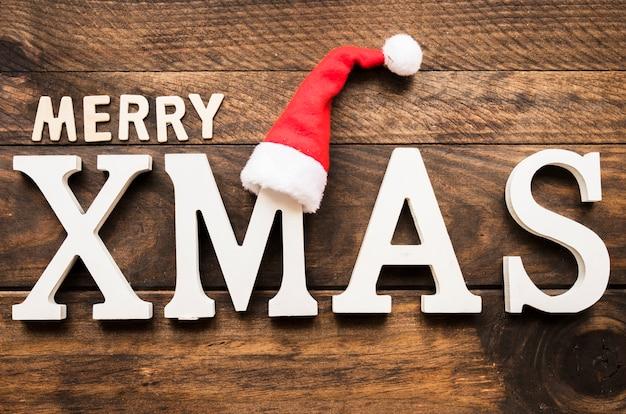 Inscrição de natal feliz na placa de madeira