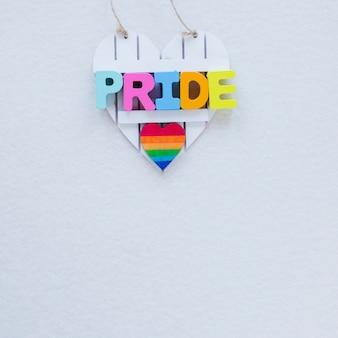 Inscrição de orgulho com coração de arco-íris