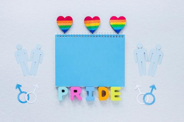 Inscrição de orgulho com corações de arco-íris e ícones de casais gays
