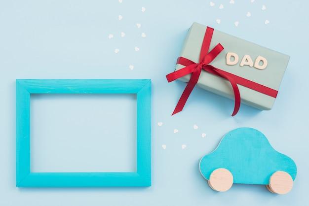 Inscrição de pai com caixa de presente, carro pequeno e moldura