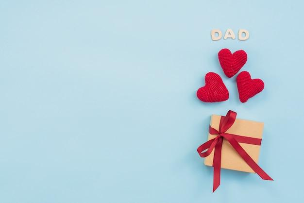 Inscrição de pai com caixa de presente e corações de brinquedo