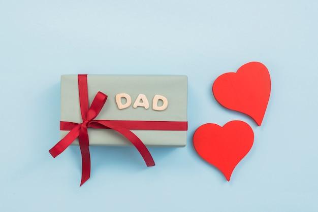 Inscrição de pai com caixa de presente e corações