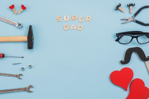 Inscrição de pai super com ferramentas e óculos