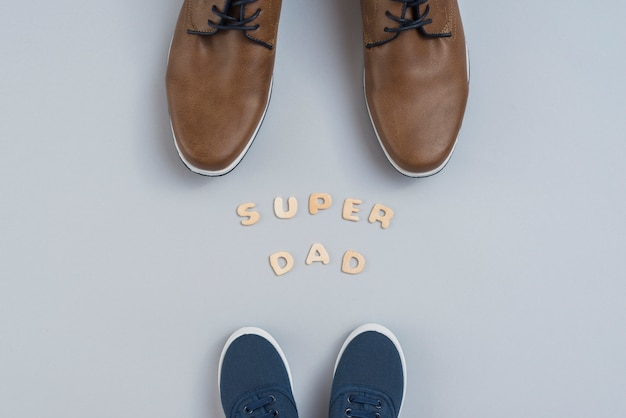 Inscrição de pai super com homem e crianças sapatos