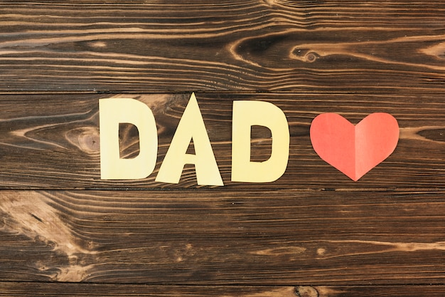 Inscrição de papel coração e pai vermelha