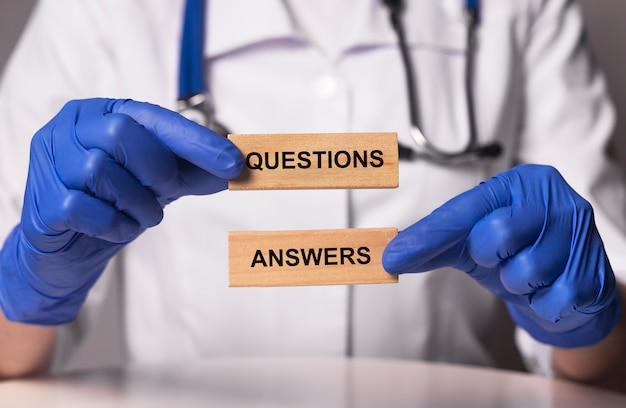 Inscrição de perguntas e respostas nas mãos do médico