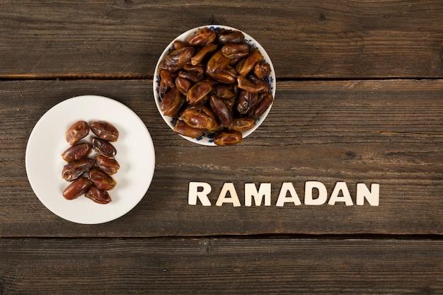 Inscrição de ramadã com fruta de datas na mesa