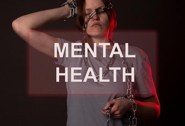 Inscrição de saúde mental na foto de mulher acorrentada.