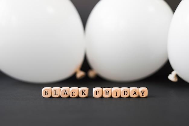 Inscrição de sexta-feira negra em cubos com balões