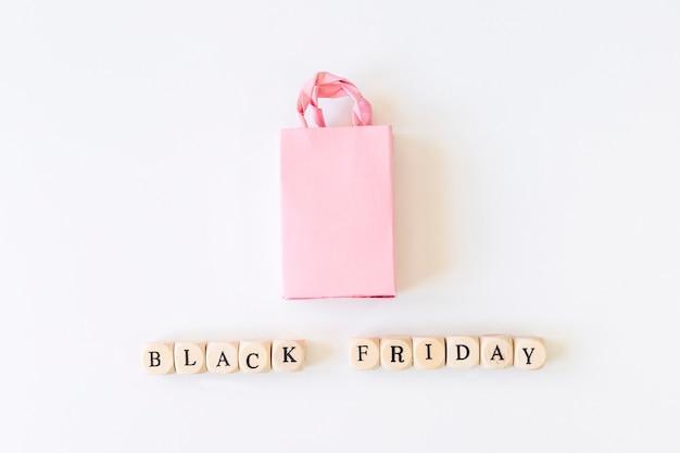 Inscrição de sexta-feira negra em cubos com sacola de compras