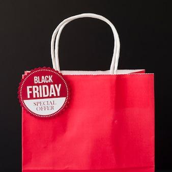 Inscrição de sexta-feira negra na sacola vermelha