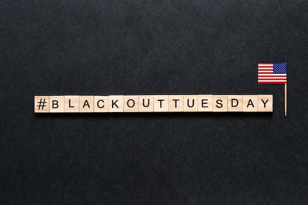 Inscrição de terça-feira de blecaute em um fundo preto. bandeira americana.