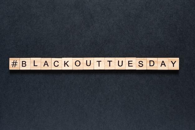 Inscrição de terça-feira de blecaute em um fundo preto.
